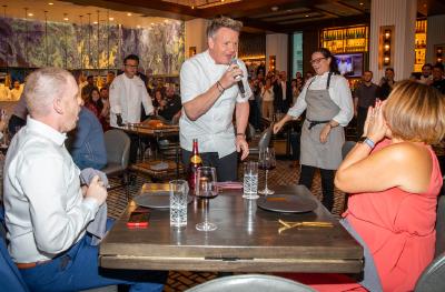 Gordon Ramsay sorprende a su comensal un millón en el restaurante HELL´S KITCHEN del Caesars Palace